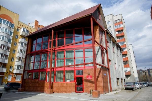 Гостиница расположена во дворе многоэтажек