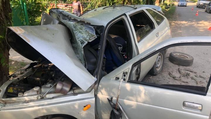 ВАЗ с пьяными подростками врезался в дерево, уходя от погони в Каменске-Шахтинском. Двое погибли