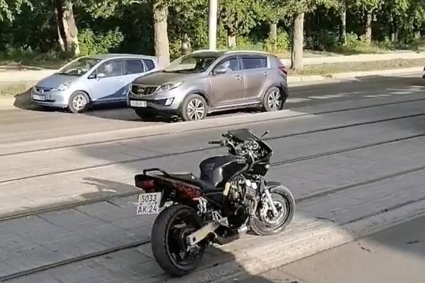 Мужчина бросил мотоцикл прямо на путях