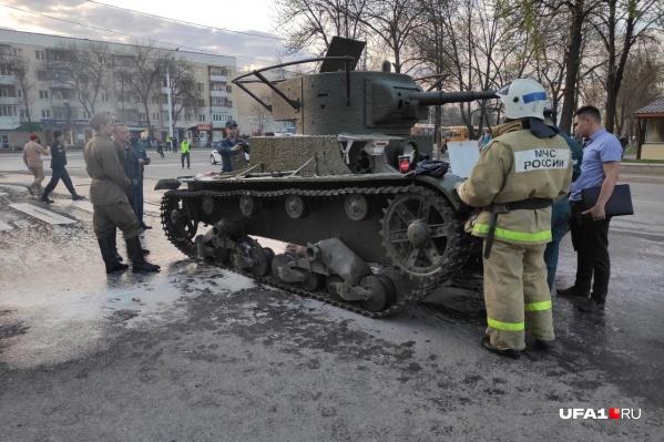 По словам пожарных, по корпусу танка разлилось горючее