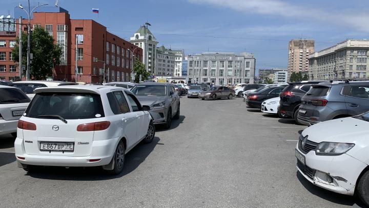 Плати или уматывай. Сколько новосибирцы отдают за платные парковки на Красном и как там стоять бесплатно