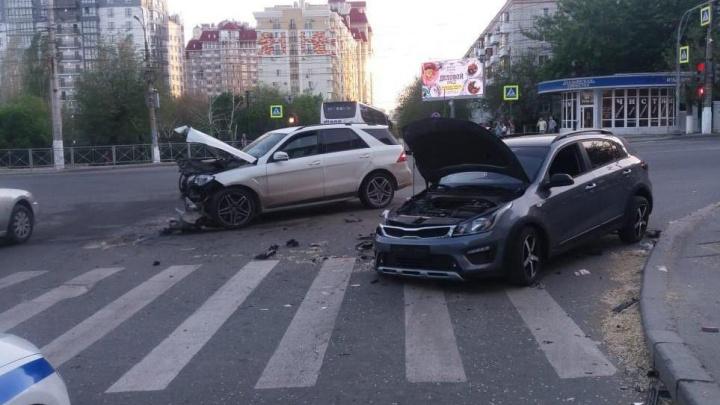 «Грохот был страшный, мы из дома услышали»: в центре Волгограда столкнулись две иномарки
