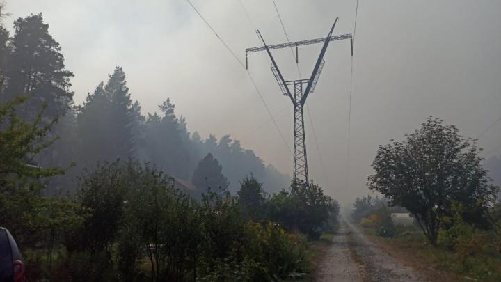 «Никто не знает, сможем ли мы отсюда выбраться»: лесной пожар под Первоуральском добрался до садов