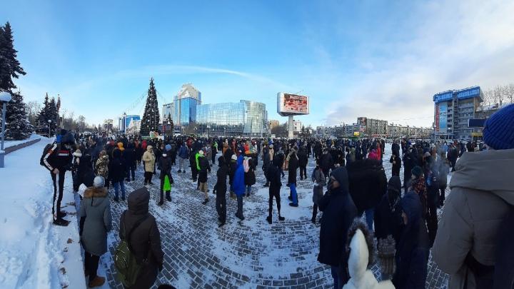 Толпа тюменцев вышла в центр города на несанкционированное шествие