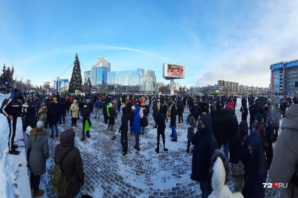 На запретной акции собрались сотни людей и сотрудники правоохранительных органов