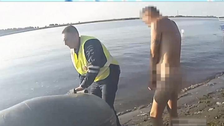 Пьяный водитель из Северодвинска попытался уплыть голым от сотрудников ГИБДД. Видео