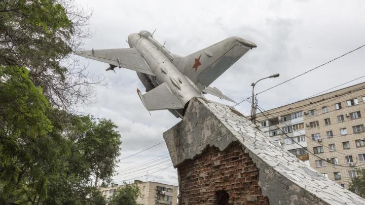 Разберут по кирпичику: в Волгограде начали ремонт памятника самолету МиГ-21