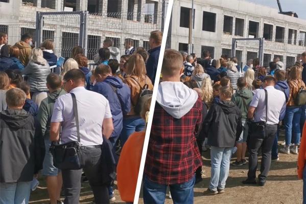 Огромная толпа собралась у забора школы