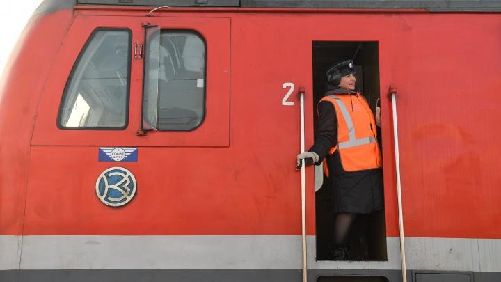 Поезда из Екатеринбурга впервые в истории начали водить женщины. На каких рейсах их можно встретить