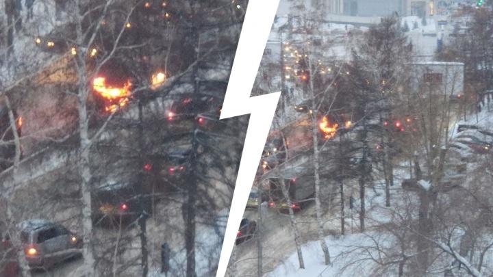 На проспекте Димитрова загорелся «Кадиллак»— очевидцы слышали взрывы