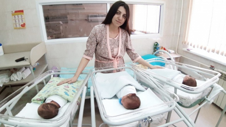 В Кузбассе родилась первая в 2021 году тройня. Семья пыталась завести детей больше 5 лет