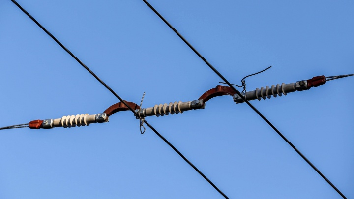 Власти сохранят неработающие троллейбусные провода на улице Родионова. На всякий случай