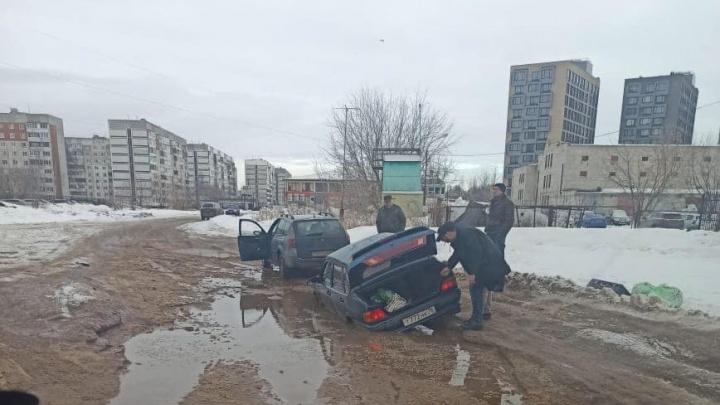 В Ярославле в луже у многоэтажек утонула машина