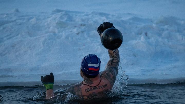 Сутки в ледяной воде: новосибирские моржи проводят заплыв в память о военном герое — 16 морозных фото