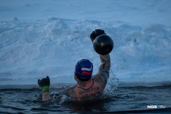Свою акцию новосибирские моржи посвятили подвигу Александра Матросова, который погиб в бою ровно 78 лет назад