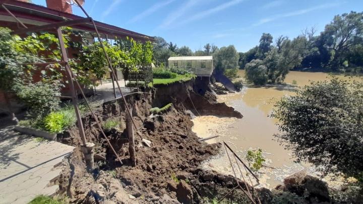 Под Краснодаром обрушился берег горной реки, под воду ушел частный двор