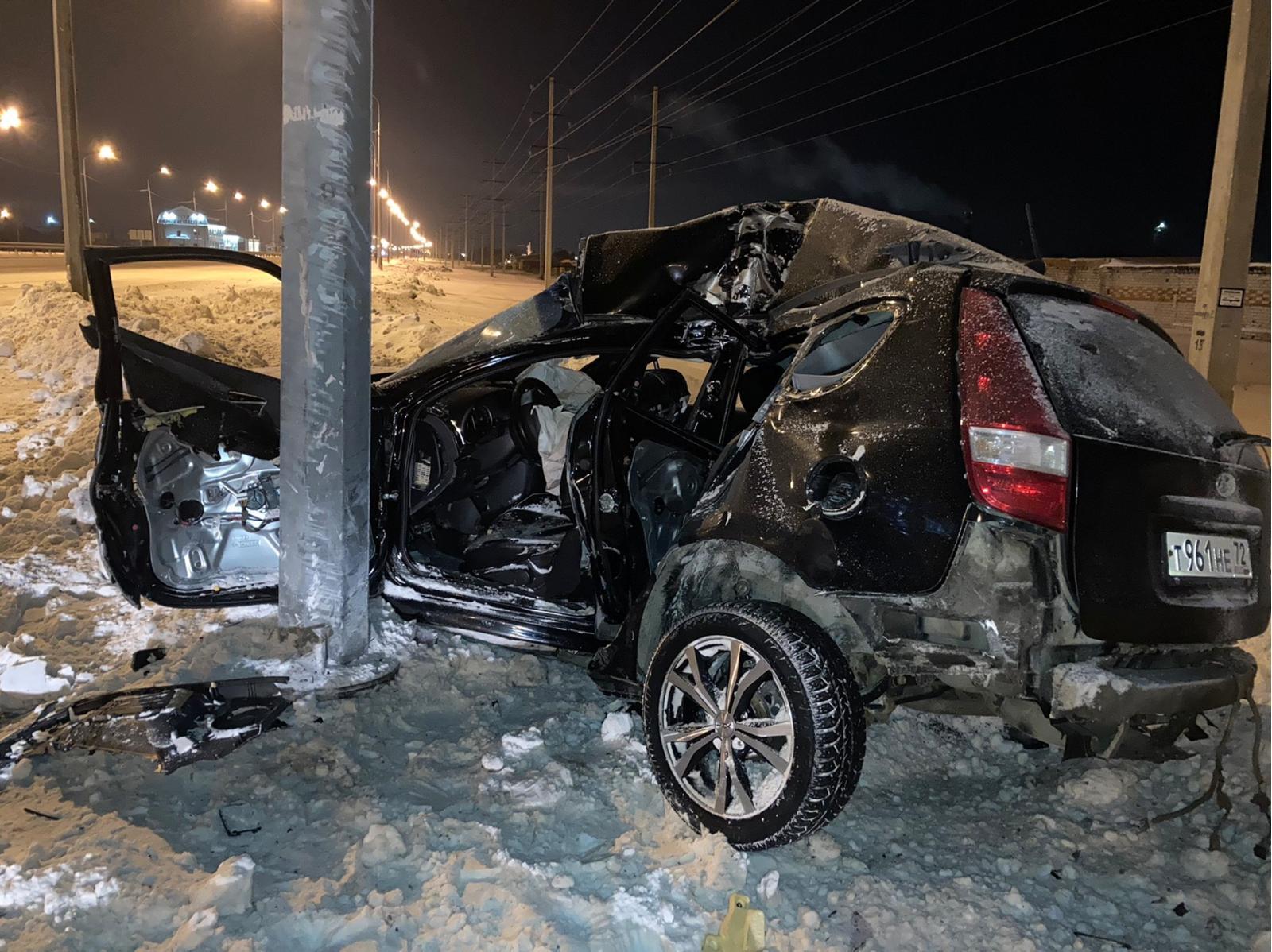 Машина после столкновения превратилась в груду металла