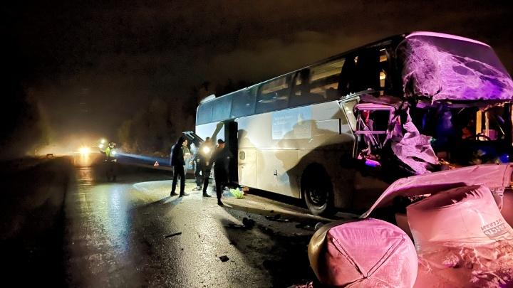 Кабина водителя — всмятку: на Серовском тракте автобус с вахтовиками столкнулся с грузовиком