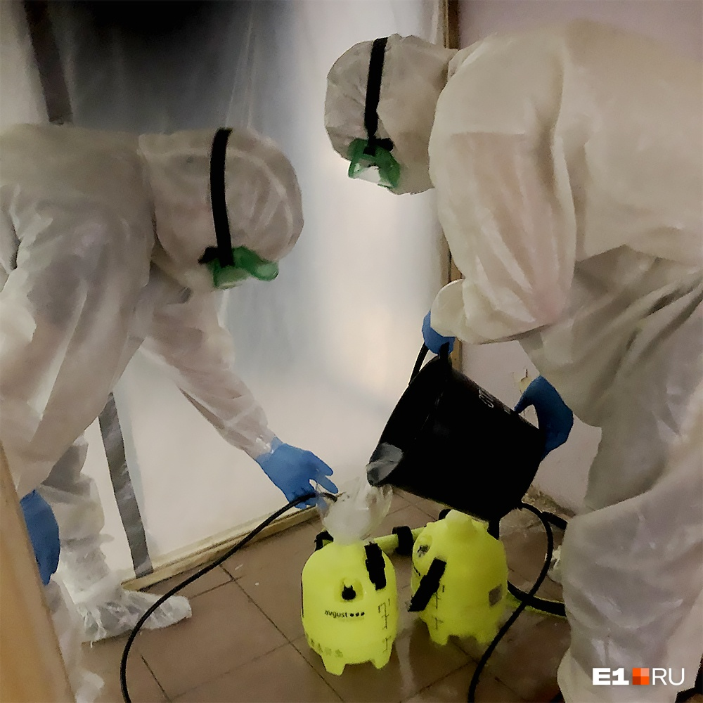 Хлорным раствором обрабатывают шлюз, костюмы перед снятием и мусор