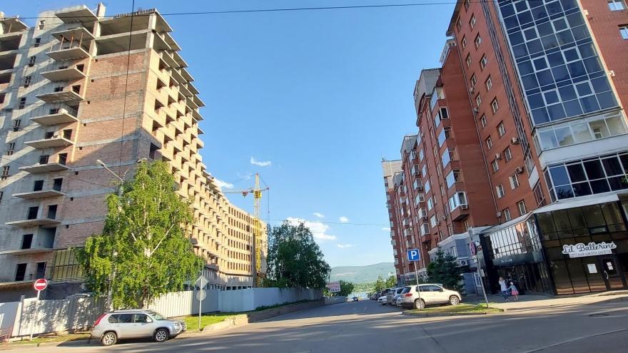 «В окна будут пялиться постояльцы гостиницы»: как ущемляют права богатых красноярцев