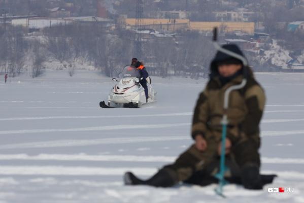 Рыбачить в холодное время года никто не запрещает, но порой это опасно