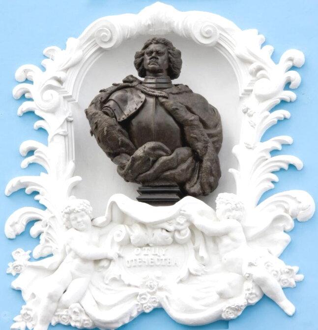 Бюст Петра I на фасаде Нахимовского училища