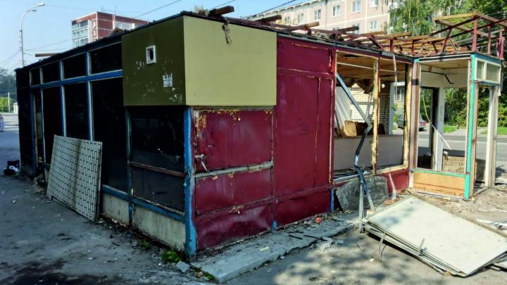 На ВИЗе снесли киоск, в котором продавали рыбу и закуски