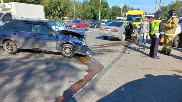 ВАЗ всмятку. На Вторчермете в аварии пострадали два человека