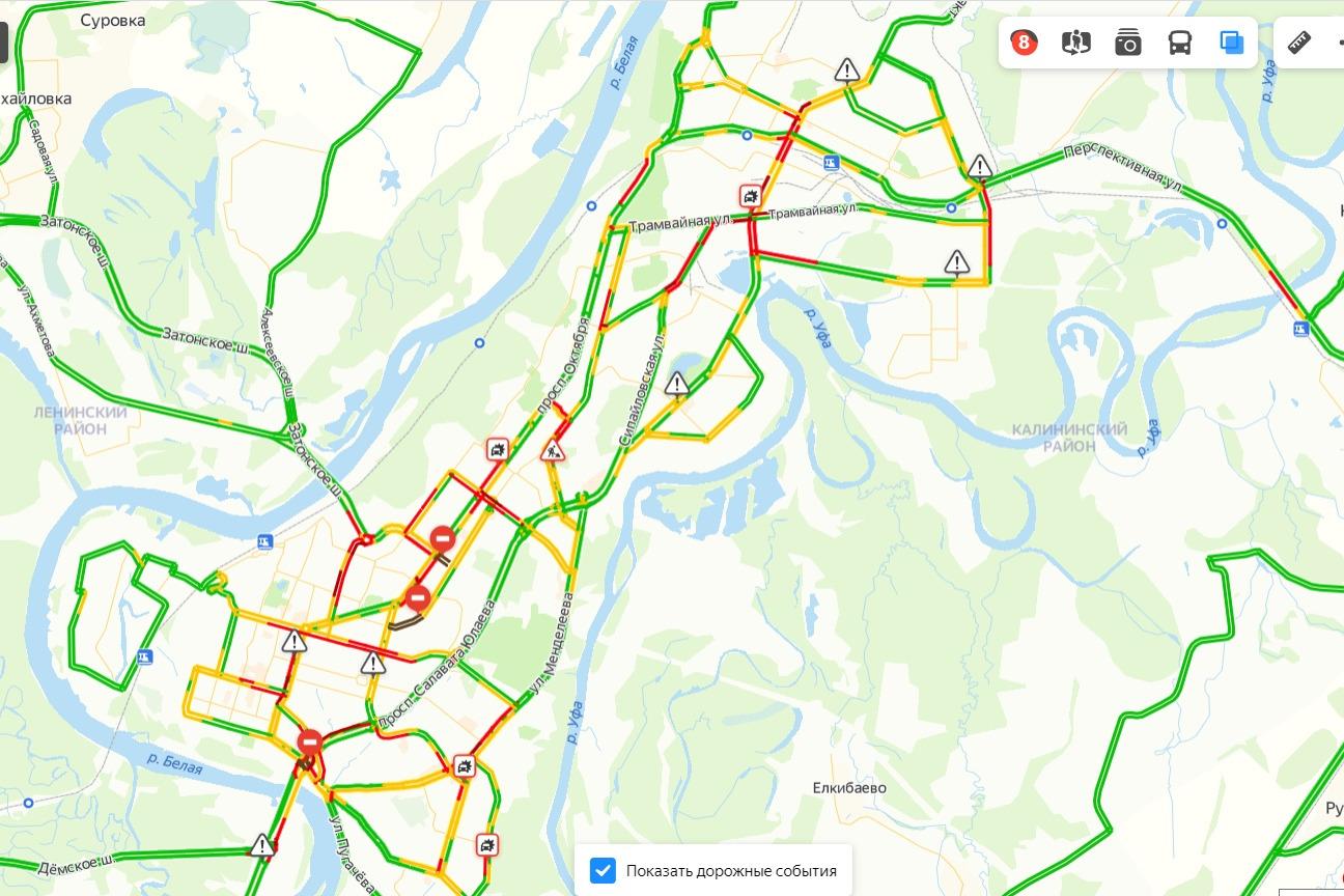 Красным цветом помечены те улицы, где сейчас пробки