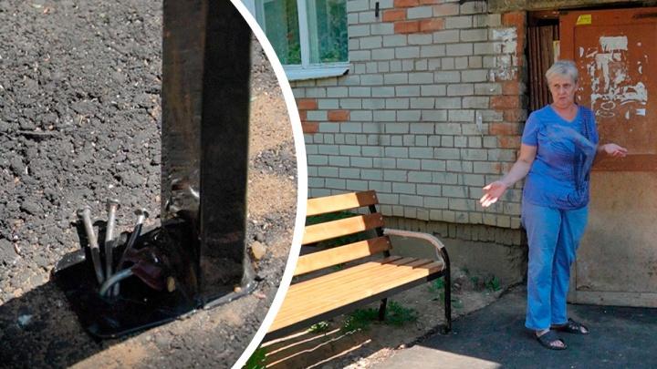 Лавки, прибитые к асфальту гвоздями: в поселке под Ярославлем из-за благоустройства разругались все
