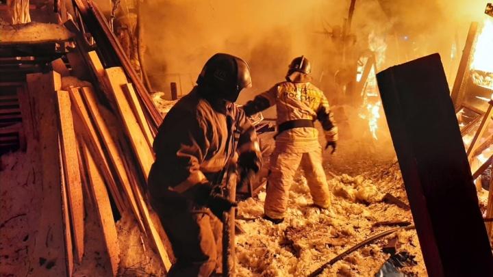В Екатеринбурге загорелся частный дом, в пожаре пострадал мужчина