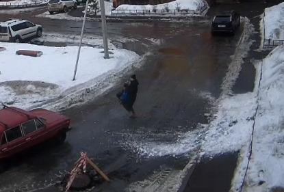 В Ярославле лавина снега сошла с крыши на маму с ребенком. Видео