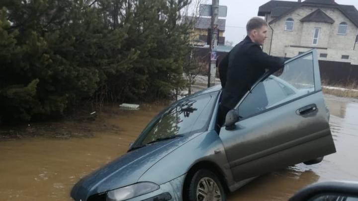 После дождичка в четверг: в Екатеринбурге и окрестностях машины и пешеходы тонут в лужах
