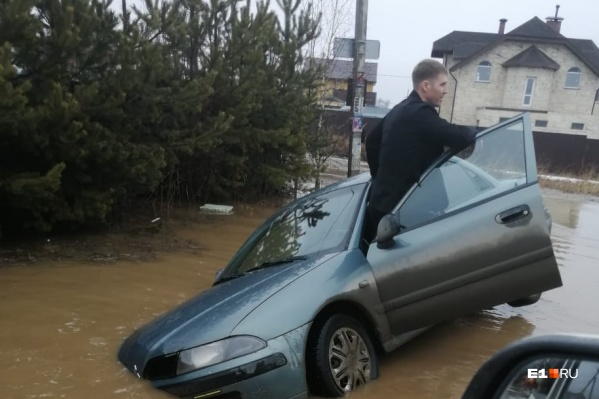 Автомобили тонут в луже под Екатеринбургом