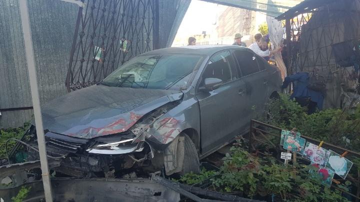 В ДТП на Герцена пострадала хозяйка магазина, в забор которого врезалась иномарка