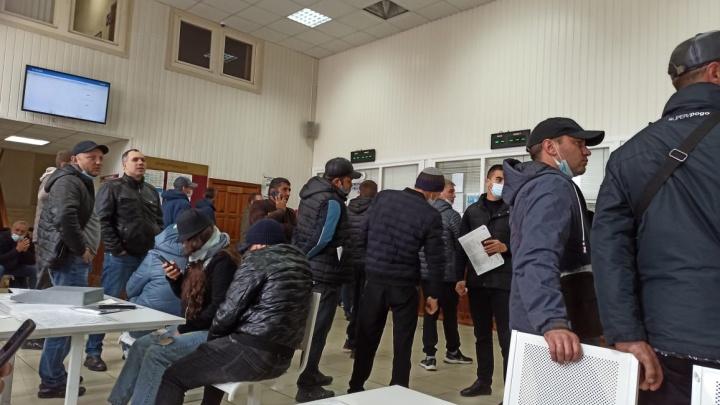 Новосибирцы на три часа застряли в очереди в ГИБДД из-за технического сбоя