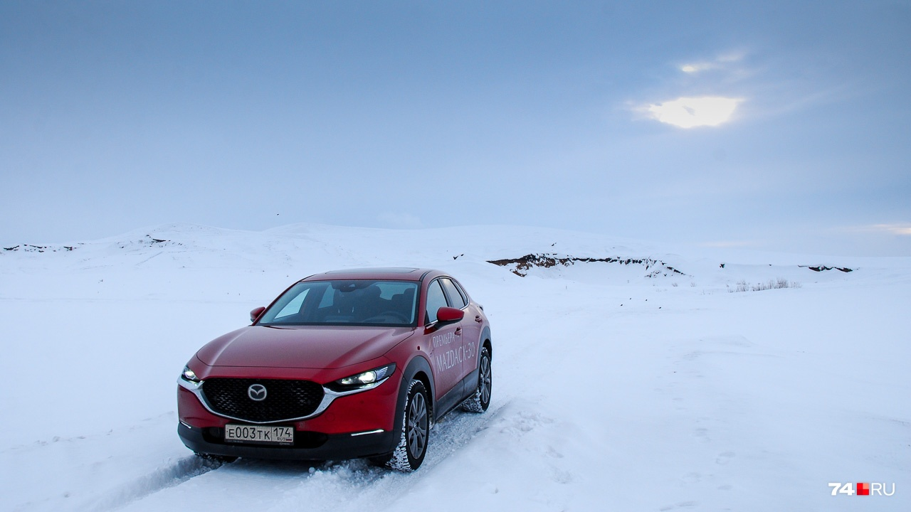 Я пожалел, что заехал сюда: в местах, где колею перемело, Mazda откровенно «плыла». Газу, газу, газу... Только так