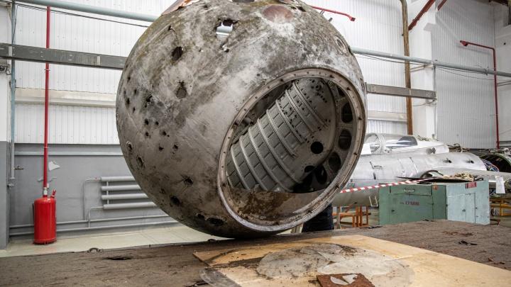 Аппарат космического корабля «Восток» с дырами от испытаний передали новосибирскому музею — 7 фотографий