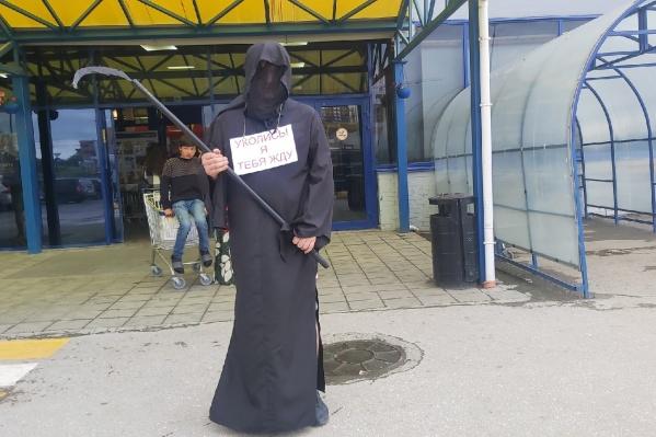Иван Фролов 15 июля провел акцию против вакцинации в гипермаркете «Лента»