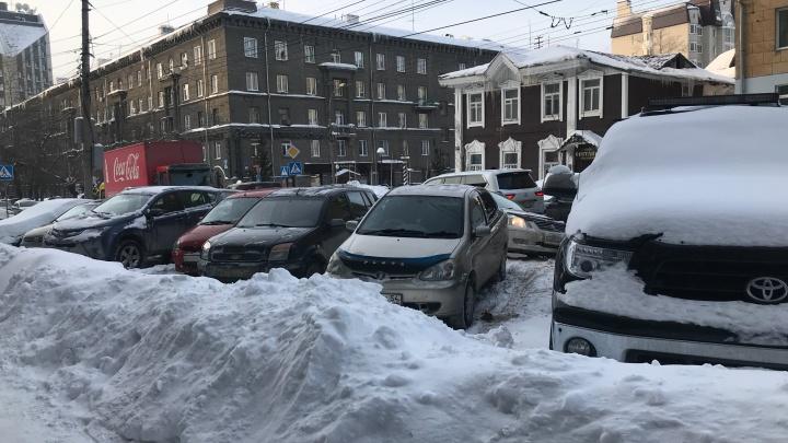 «Писали в мэрию — реакции ноль»: редакцию НГС завалили жалобами на ужасную уборку снега. Смотрим проблемные места