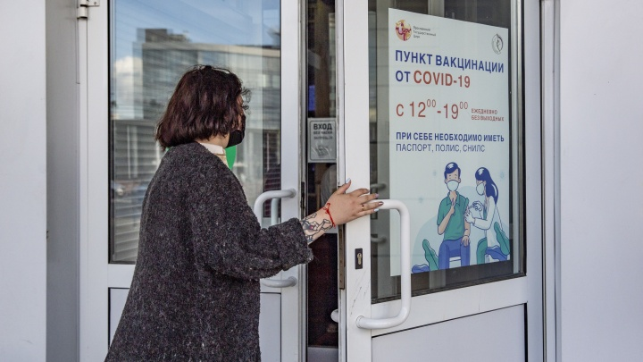 От гражданского долга до увольнения: ярославцы массово кинулись вводить COVID-вакцину. Репортаж из очередей