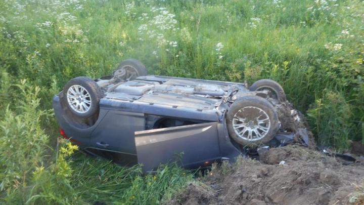 Пострадали двое: в Ярославской области легковушка вылетела с дороги и перевернулась