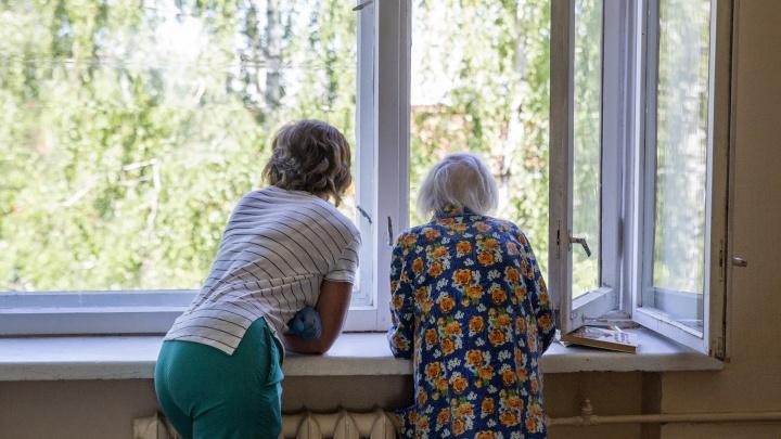 Горячие сердца медсестер и санитарок: куда попадают больные люди, за которыми некому ухаживать