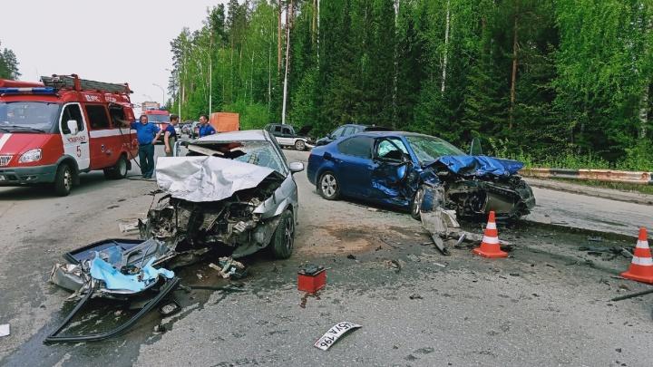 Лобовое столкновение на встречке: момент жуткой аварии с тремя авто на Урале попал на видео