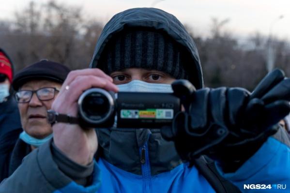 """Этот мужчина вел видеозапись во время митинга <nobr class=""""_"""">21 апреля</nobr> в Красноярске"""