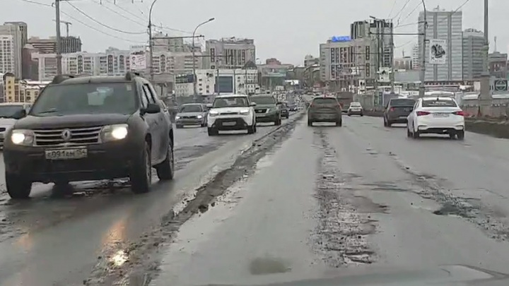 Ямы и камни: новосибирец снял на видео разрушенный асфальт на Коммунальном мосту