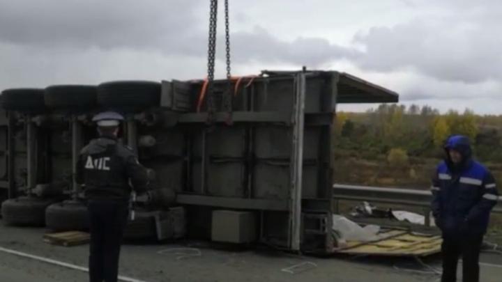 Фура по пути в Новосибирск перевернулась под Иркутском — разгрузить ее помогли автоинспекторы