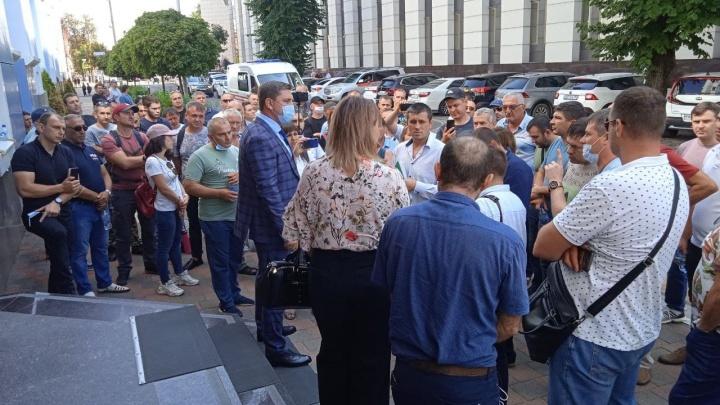 Собственники машин с армянскими номерами собрались возле здания краевой прокуратуры в Краснодаре