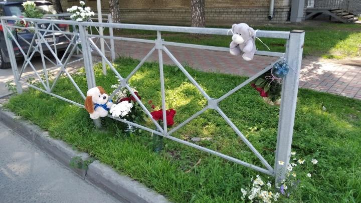 Новосибирцы приносят игрушки и цветы на место гибели пятилетнего мальчика в Академгородке
