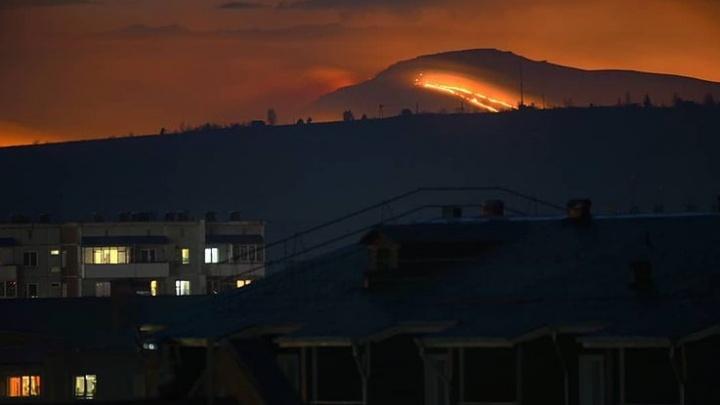 Сезон пожаров начался: огонь вплотную подобрался к деревне под Минусинском